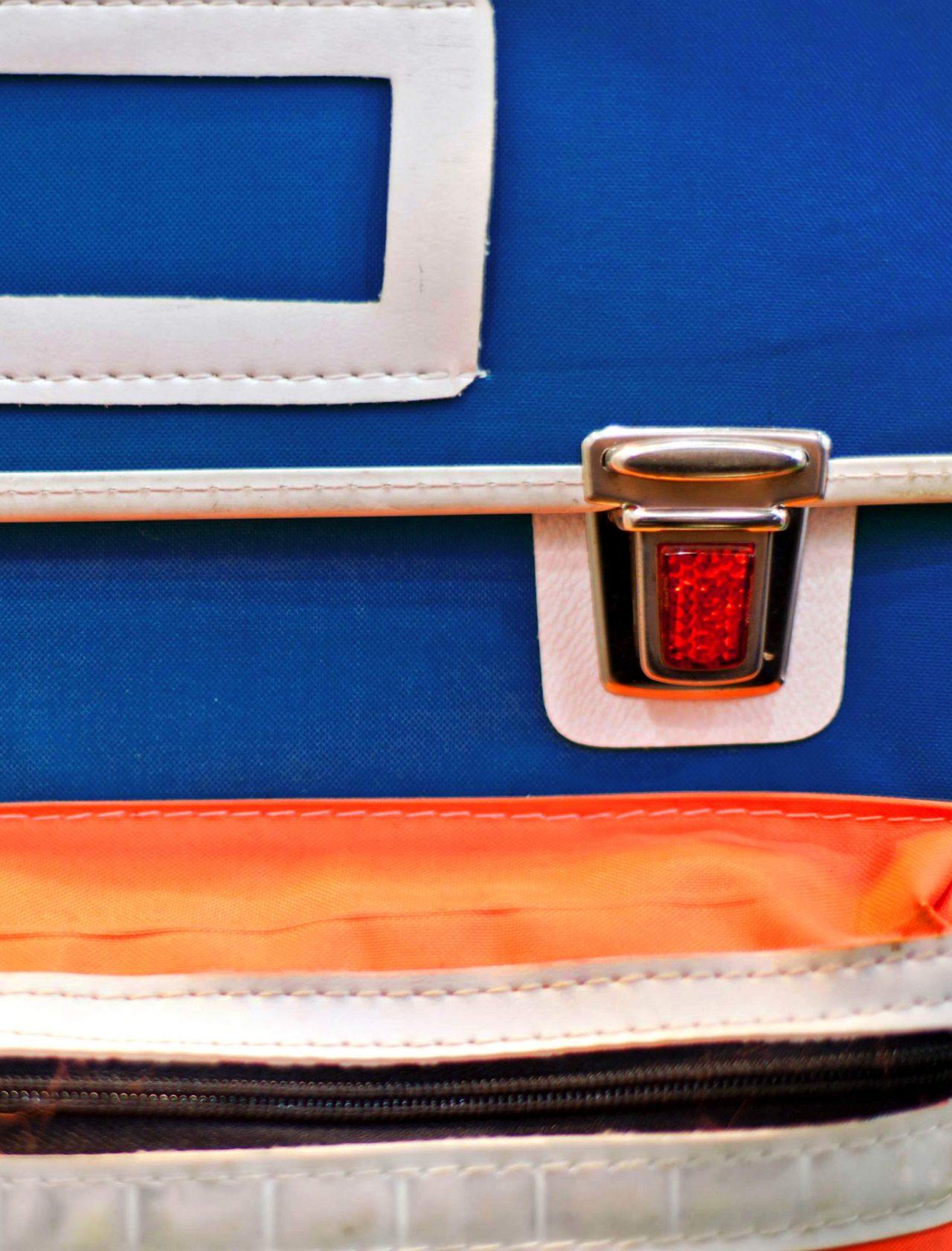 Ausschnitt älterer Schulranzen in Blau und Orange
