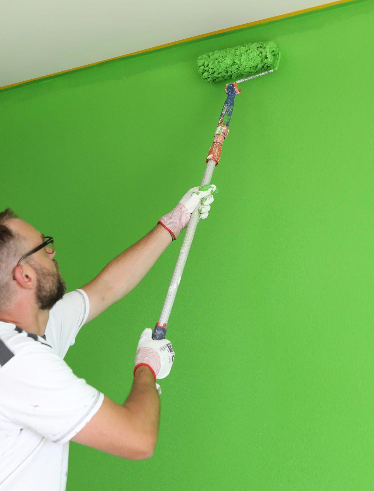 Anstrich grüne Wand mit Farbrolle