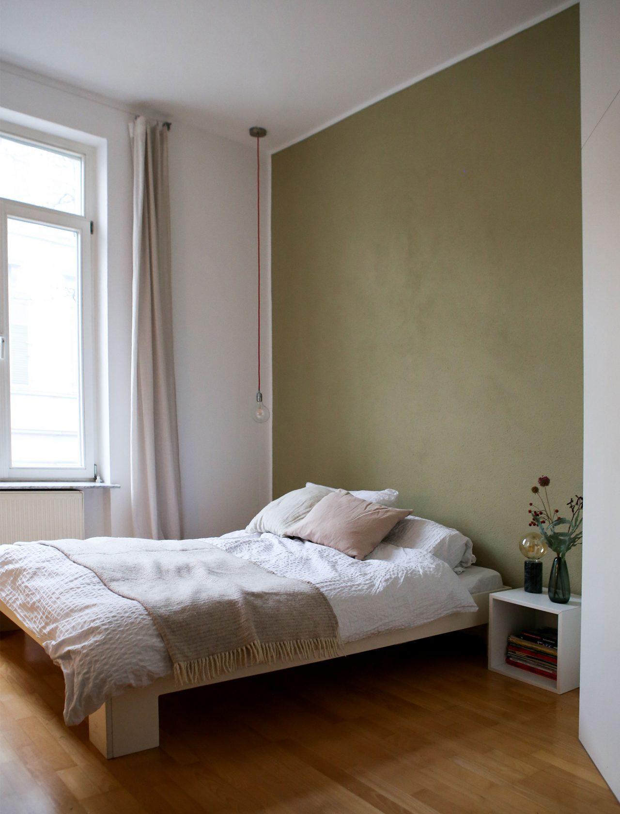 Schlafzimmerwand in Seegras-Grüngrau.